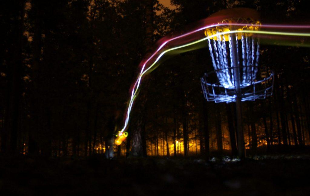 Nakts disku golfs UFOGOLF laukums Mezaparka Riga atputa kopa ar draugiem